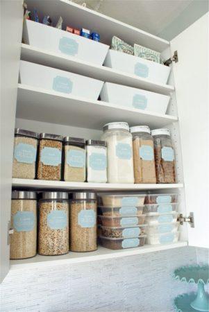 Organização em despensas, com potes etiquetados .