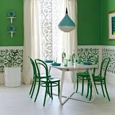 Sala de jantar em meia parede pintada de verde.