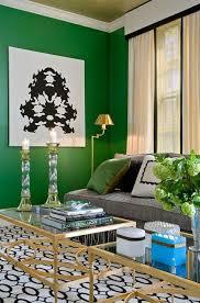 Sala com parede pintada de verde.
