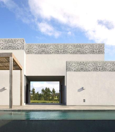 Fachada revestida com papel de parede do modelo Hellenism, da Ibiza Revestimentos