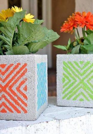 cachepots de blocos de concreto pintados