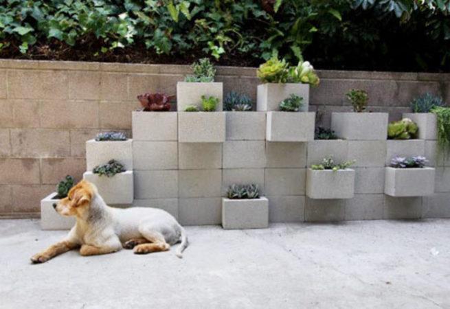 jardim suspenso feito com blocos de concreto