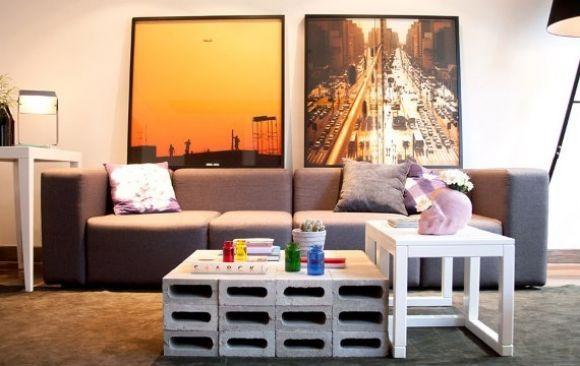 mesa com bloco de concretos ao lado de mesa de madeira