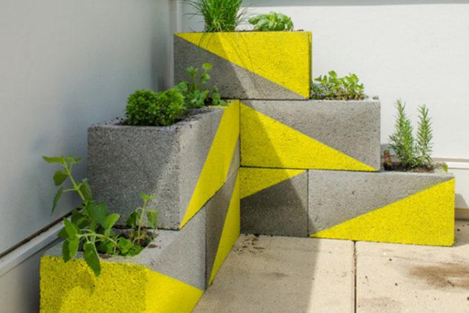 horta feita com blocos de concreto
