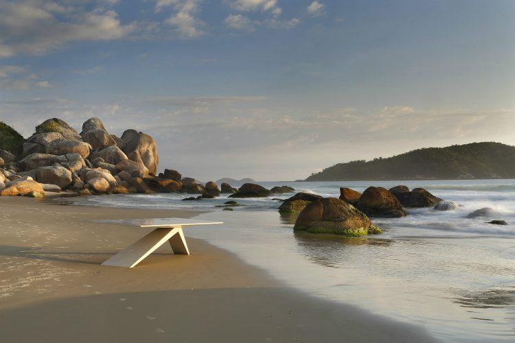 Mesa de jantar Fifties em corian assinada por Guilherme Torres na Praia de Palmas em Florianópolis, foto de Denilson Machado