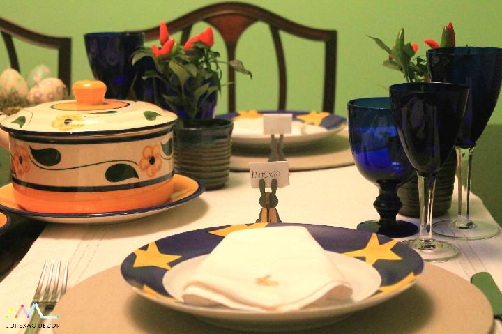 Mesa de Pascoa azul com estrelas amarelasFoto: Conexão Décor