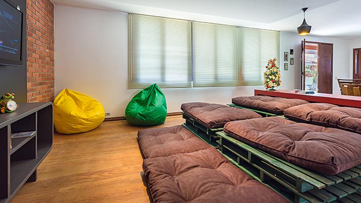 Home-theather com sofas feitos com pallets