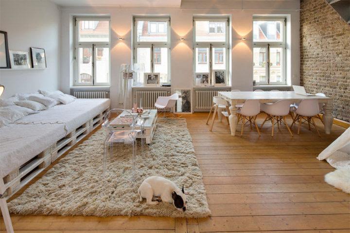 Sofá branco de paletes na sala ampla