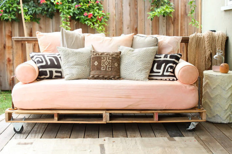 sofá rosa com base de pallets