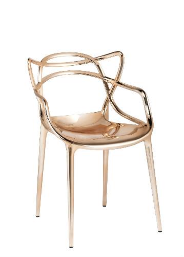 Cadeira Masters, assinada por Phillippe Starck para Kartell, na Novo Ambiente rosa gold
