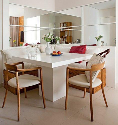 Faixas de espelhos no canto da sala de jantar formando um L.