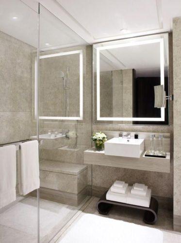 Paredes de espelhos na decoração, lavabo com espelho revestindo paredes e ampliando o ambiente.