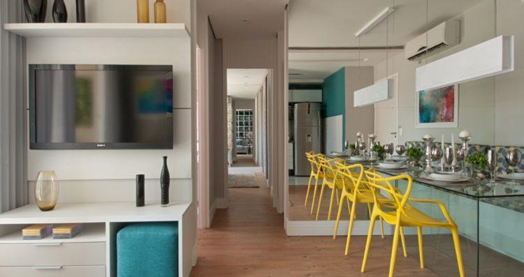Mesa de jantar encostada em uma parede de espelhos, o efeito da profundidade aumentado.