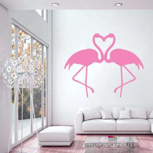 Adesivo de dois flamingos se beijando ,na parede em cima do sofá .