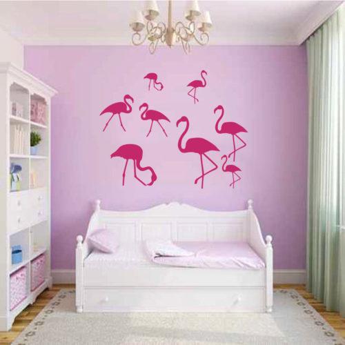 Vários adesivos de flamingo em um quarto de menina.