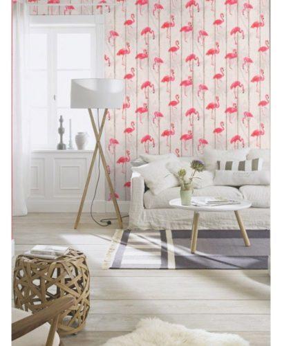 Papel de parede na sala com flamingos estampados.