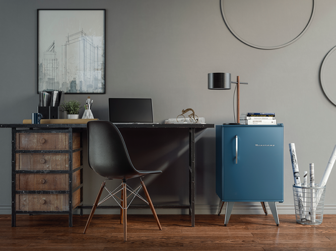 Frigobar ao lado da mesa do escritório, em uma cor bem próxima da cor azul da parede. Frigobar na decoração.