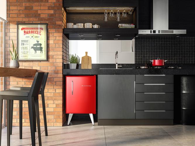 Frigobar na decoração, na varanda fechada que virou uma cozinha , o frigobar vermelho é protagonista do ambiente.