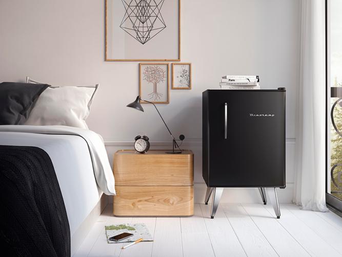 Frigobar na decoração, quarto minimalista em preto e branco aonde o frigobar preto foi o ponto alto.