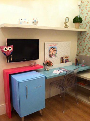 Frigobar na decoração, bancada e frigobar na mesma cor de azul nesse quarto de menina antenada.