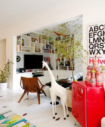 Sala contemporânea com um cantinho perfeito para receber o frigobar . Frigobar na decoração.