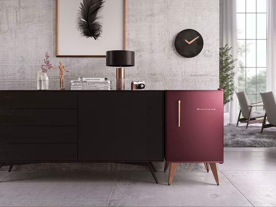 Frigobar na decoração, móvel na mesma altura do frigobar que complementa na extensão da parede.