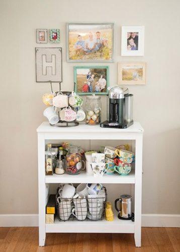 Móvel branco com coleção de canecas e cafeteira para a decoração do cantinho do café.