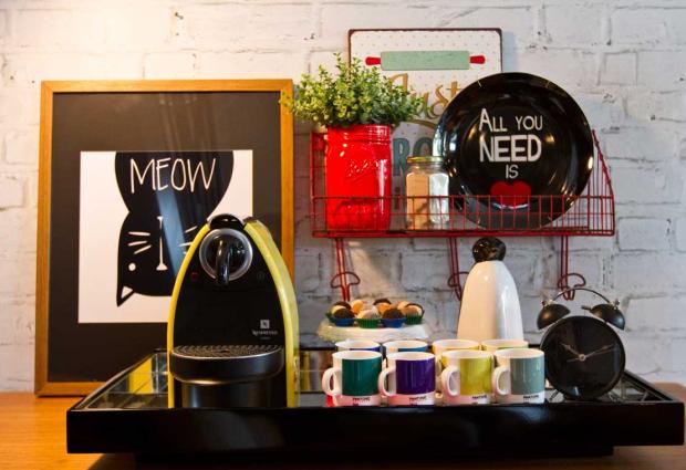 Cantinho para o café na decoração, uso de uma bonita bandeja ajuda a deixar tudo mais organizado.