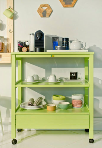 Móvel verde com cafeteira e xícaras deixa tudo á mão para a decoração do cantinho do café.