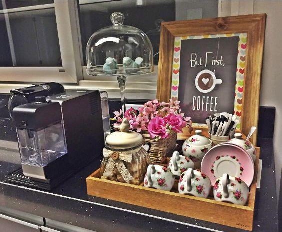 Bnadeja, xícaras floridas deixam o cantinho do café composto com muito charme.