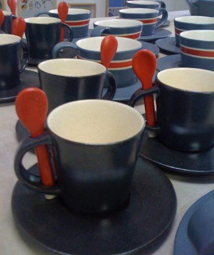 Xícaras em cerâmica da artista Denise Stewart.