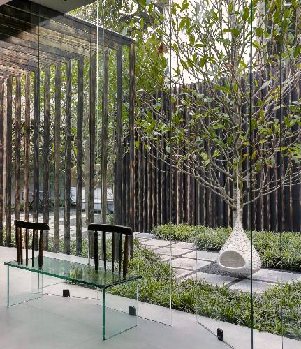 Mini Nestrest suspensa, assinada por Daniel Pouzet e Fred Frety para a Dedon no espaço Casa Niwa, do escritório Yamagata Arquitetura (foto: MCA Estúdio – com recorte)