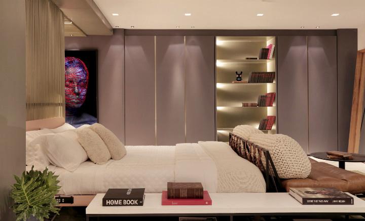 Acima, cama Essential, assinada por Claudia Köhler e Irmy Wilms-Haverkamp para a Auping, no Estúdio com Pórtico, assinado pela InTown Arquitetura (foto: MCA Estúdio)