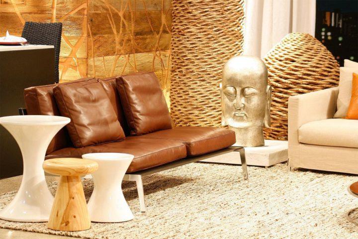banco usado Ao lado do sofá, servem como mesa de apoio