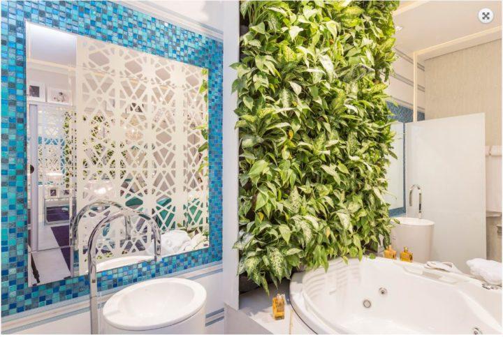 Banheiro com revestimentos tropical da Villa Ibiza