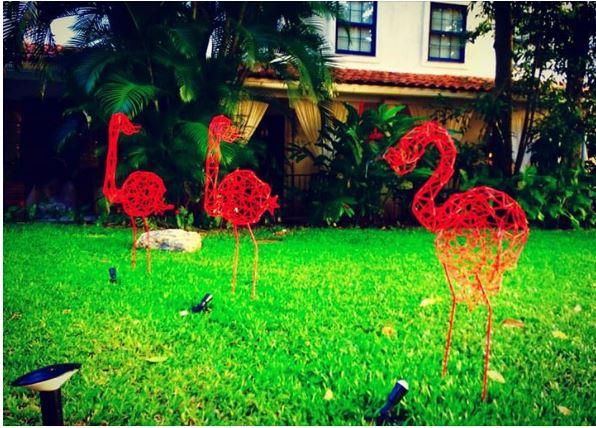 Esculturas de flamingos na técnica de origami em arame do artista plástico Roberto Romero.