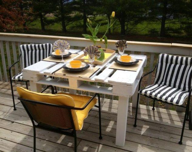 Mesa para área externa com pallets pintado de branco