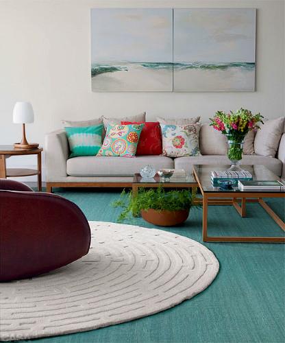 tapete branco redondo sobreposto ao tapete azul