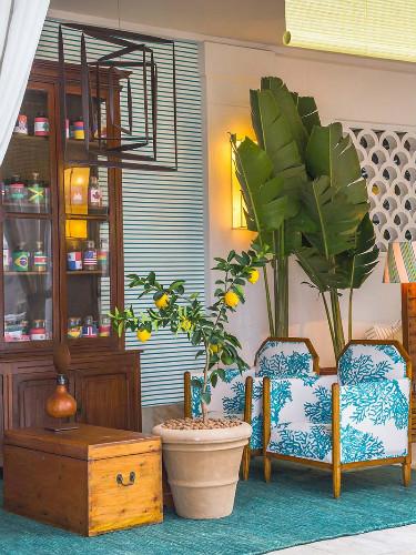 2-moveis-de-antiquario-decoram-espaco-anexo-a-piscina-do-copacabana-palace.