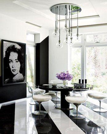 Sala de jantar em preto e branco na cada de Tommy Hilfiger. Cadeiras Champagne em volta da mesa.