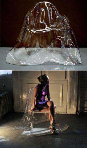 """Cadeira em acrílico transparente , design que lembra uma """"fantasma"""" , uma gota grande."""