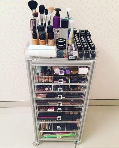 Carrinho em acrílico com gavetas para guardar maquiagem.