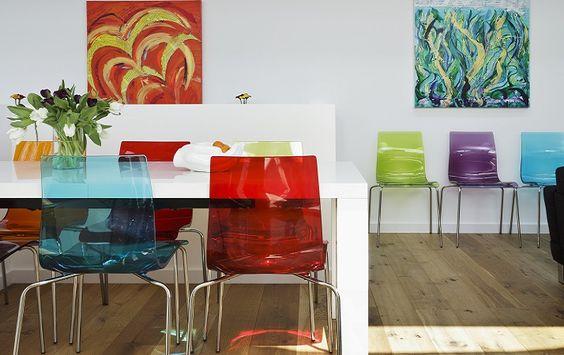 Cadeiras em acrilico colorido.