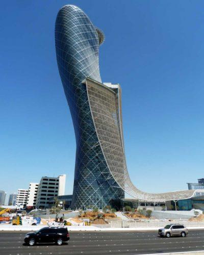 Capital Gate, em Abu Dhabi, nos Emirados Árabes. Com 18 graus de inclinação, entrou para o Guiness Book como o edifício maior e mais inclinado do mundo. Construções diferentes