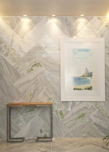 """verde Na parede de mármore, reaproveitamos as placas de sobras das marmorarias, valorizando a paginação """"Espinha de Peixe"""""""