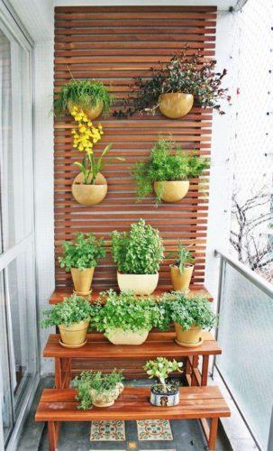 varanda com revestimento em madeira e várias floreiras