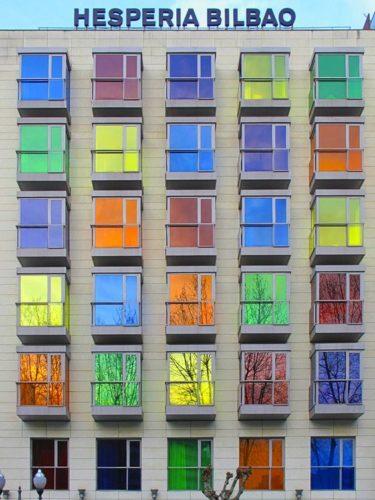 Edifícios coloridos pelo mundo, Hotel em Bilbao na Espanha.