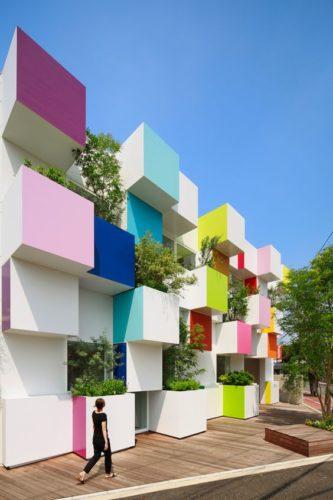 Edifícios coloridos pelo mundo, sede de uma banco no Japão.