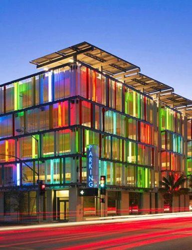 Edificios coloridos pelo mundo,Uma garagem em Santa Monica, Califórnia -Estados Unidos.