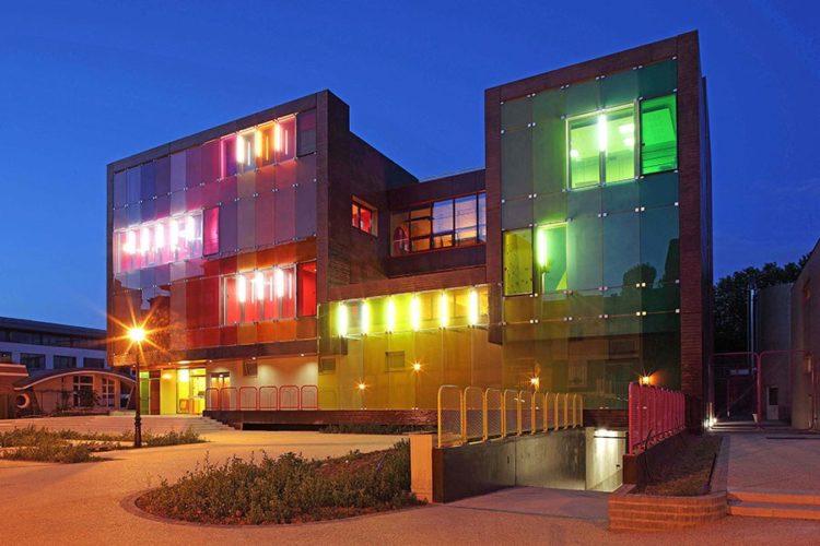 Edifícios coloridos pelo mundo,Complexo esportista em Saint Cloud, França.